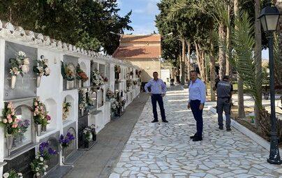Alcalde y edil de Obras y Servicios revisando actuaciones en el Cementerio de Pulpí