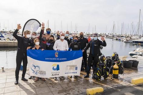 El Diputado Delegado de Deportes y Juventud José Antonio García Alcaina visita le aventura submarina del Programa Almería Activa en el centro de biceo del Puerto deportivo de Aguadulce