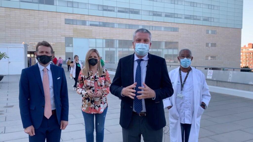 JUAN DE LA CRUZ BELMONTE, JUNTO A ROCÍO SANCHEZ Y LOS DOCTORES ANTONIO HUETE Y HUMBERTO KESSEL