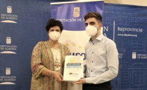 La diputada con el voluntario Adrián Hernández (2)