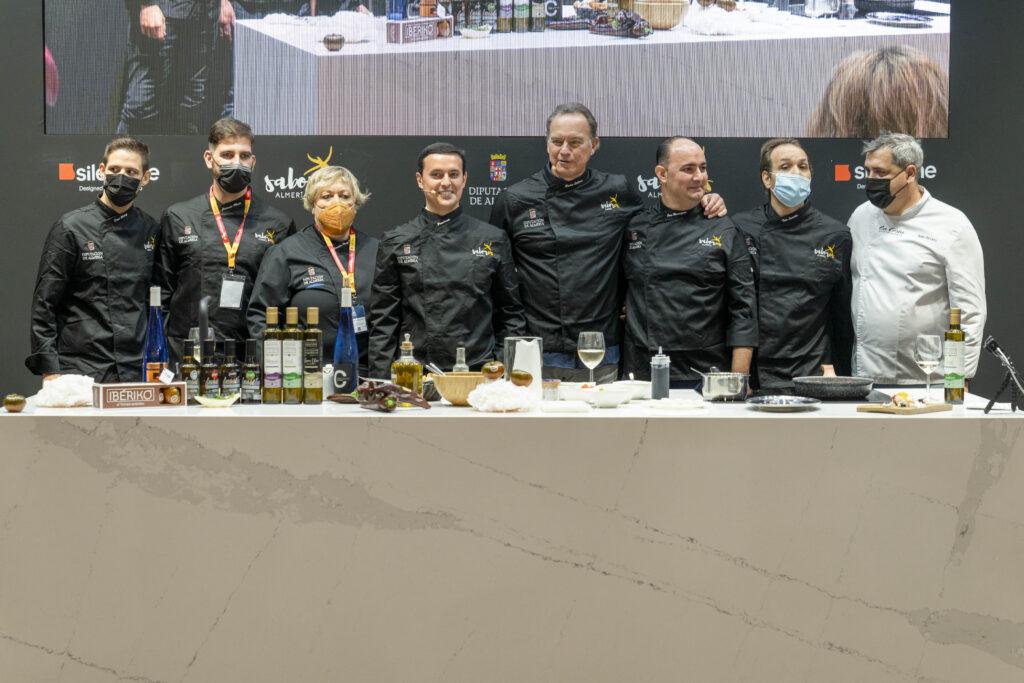 El presidente de Diputación y Bertín Osborne, con los chefs de la provincia