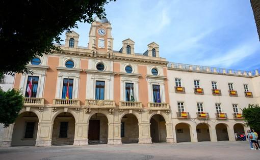 La imagen tiene un atributo ALT vacío; su nombre de archivo es banderas-espana-plaza-vieja.jpg